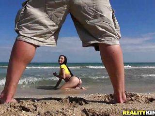 Порно большие сиськи на пляже